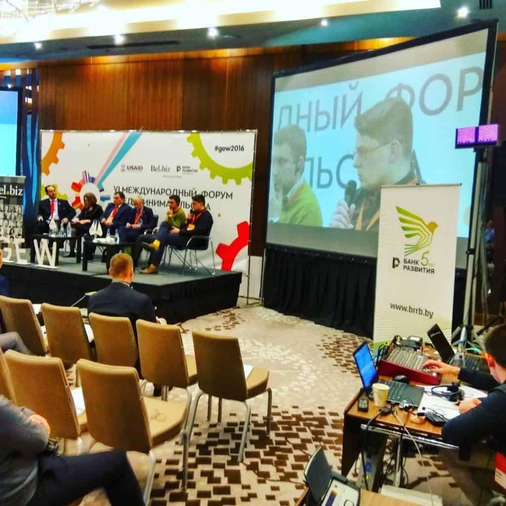 Организация онлайн трансляции мероприятия с выводом камеры не только в трансляцию но и напрямую на проектор в зале